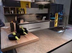 Cozinha com detalhes em amarelo.