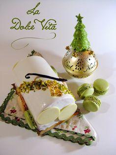 Financier Pistache et Cerises Amarena, Panna Cotta Chocolat Blanc Pistache, Mousse à l'amande, vanille et Amaretto, Glaçage Brillant ultra blanc.