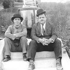 """Laurel y Hardy - Hats Off (1927)  """"But where did it went/"""""""