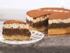 Тя е изключително пищна - истинска празнична торта с вкус на ядки и шоколад