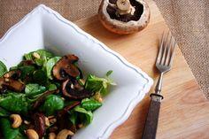 Feldsalat mit gebratenen Champignons und Cashews