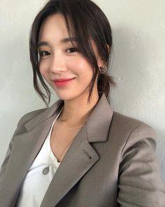 Korean Medium Hair, Korean Long Hair, Medium Hair Styles, Curly Hair Styles, Hair Korean Style, Korean Haircut Long, Korean Hairstyle Long, Asian Haircut, Korean Hairstyles Women