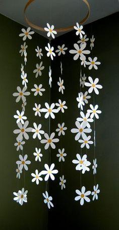Cette darling, daisy mobile est enfilée avec 56 daisy blanche, bristols avec des centres de jaune-or. Les fleurs pendent délicatement et déplacent joliment dans une brise légère. Longueur totale de lanneau est environ 30 et largeur totale est denviron 16. Mobile est facilement suspendu au plafond dun petit crochet adhésif, qui est inclus. Autres couleurs de papier sont disponibles - convo juste moi.