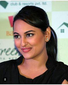 Sonakshi Sinha Saree, Deepika Padukone, Beautiful Bollywood Actress, Most Beautiful Indian Actress, Bahubali Movie, Aishwarya Rai, Pretty Eyes, Bellisima, Indian Beauty