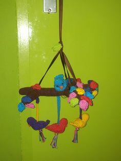 vogeltjes mobile. Gehaakt, ook een patroon uit Baby cadeautjes haken van Annemarie Arts