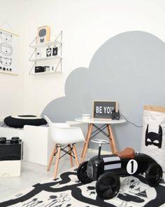 Lastenhuoneen veikeä tyyli ja ihastuttava harmaa pilvigrafiikka seinässä