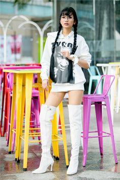Ít ai biết rằng, Trương Thị May còn rấtthích phối phụ kiện là những chiếc khăn thắt ở cổ tay. Đó là sở thích đã theo cô nhiều năm nay. Hiện tại, mỹ nhân gốc Khmer sở hữu rất nhiều những chiếc khăn đủ màu sắc trong tủ quần áo để cô thỏa thích phối trang phục cho mình.