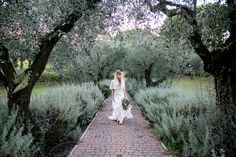 Rustic Tucan maremma wedding: a flowing chiffon skirt, a very fine top made of hemp and silk, and a peace silk cape let natural beauty speak out, fitting the location perfectly.