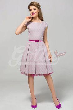 Nádherné šaty jako stvořené na svatby, letní párty, večírky nebo na pracovní schůzku. Šedá barva s potiskem menších růžových puntíků spolu s perfektním střihem jsou hlavními trumfy těchto krásek. Pohodlný střih s lodičkovým výstřihem, krátkým rukávkem, zapínáním na zadní straně na skrytý zip, součástí růžový pásek, Materiál 95% polyester, 5% elastan. Retro, Retro Illustration
