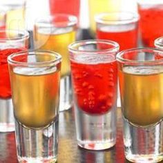 Sparkling Jelly Shots with champagne or sparkling wine Vodka Jelly Shots, Wine Jello Shots, Strawberry Jelly, Strawberry Desserts, Halloween Jello Shots, Wine Jelly, Kid Drinks, Beverages, Shot Recipes