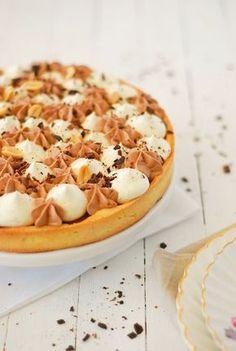 La recette de ma tarte façon Snickers avec du caramel, des cacahuètes, de la vanille, du chocolat et pleins de gourmandises dedans - #tart - http://www.confitbanane.com/