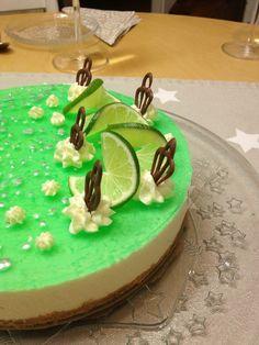 Helmenvalkoinen maailma: Lime-valkosuklaajuustokakku on keväisen raikas kokonaisuus.