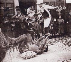 Saltimbanquis en las calles del viejo Madrid.Hacia 1900. (S. Ramon y Cajal).