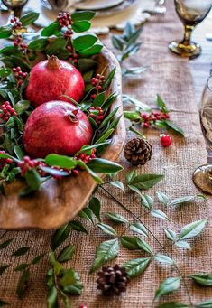 Natural Rustic Christmas Table Natural rustic Christmas centerpiece with pomegranates Classy Christmas, Merry Little Christmas, Rustic Christmas, Beautiful Christmas, Christmas Home, Christmas Holidays, Purple Christmas, Coastal Christmas, Primitive Christmas