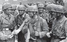Hommes de granit Sturmgruppe photographiés après le succès de l'assaut au fort Eben Emael (Belgique).