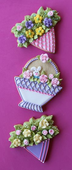 Exquisite cookies from Julia Usher; not cupcakes or cakes, but close. The linked website has lots of great cookie decorating ideas. Fancy Cookies, Iced Cookies, Cute Cookies, Easter Cookies, Royal Icing Cookies, Easter Treats, Cookies Et Biscuits, Cupcake Cookies, Sugar Cookies