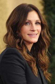 Julia Roberts golden brown hair color and wavy, middle-parted hairstyle