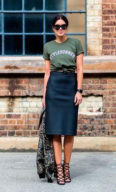 Street style hi-low com t-shirt verde militar com nó, saia lapis de couro e…
