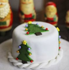 15 Stunning Takes on Christmas Cakes Mini Christmas Cakes These individual Christmas cakes are as classic as they come — this recipe will quickly become a tradition in your house! Get the recipe from Hotly Spiced. Mini Christmas Cakes, Christmas Cake Designs, Christmas Cake Decorations, Christmas Goodies, Christmas Treats, Christmas Wedding, Mini Cakes, Cupcake Cakes, Cake Pops