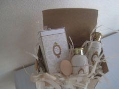 01:12 perfume Dollhouse.  Caja de regalo perfume marrón artesanal natural para miniaturas de muñecas.  POR SYREETA EDWARS