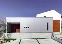 外観事例:ガルバリウム鋼板と無垢の木の外観(『公園前の家』明るくて風通しの良い住宅)