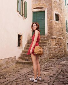 Exploring another ultra cute town in Istria: Groznjan - literally every corner is so photogenic! Photo: @annasndl ! Outro canto que AMEI da Istria, região que estamos conhecendo no Norte da Croácia, foi Groznjan. Cidade micra e fofíssima, com uma vista incrível porque é bem no alto da montanha. Vic Ceridono | Dia de Beauté