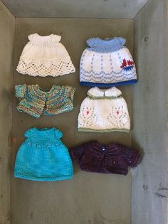 This pattern is written in English only. This pattern contains a standard template for a dress with sleeves, two different sleeve options and fourteen seasonal skirt designs, ranging from easy to more challenging knits. Knitted Bunnies, Knitted Animals, Knitted Dolls, Crochet Dolls, Knit Crochet, Crochet Hats, Knitting Patterns, Crochet Patterns, Teddy Bear Clothes