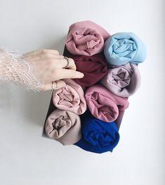 Optez pour des paniers ou box de rangements en tissu ou cartons pour ranger vos hijabs. D'autres astuces à retrouver sur sosab.fr #fashion #style #modestfashion #hijabista #fashionista #hijab