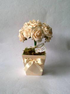 Vaso em MDF pintado, com passa-fita e buquê de rosas ! Ótima opção para centro de mesa para aniversário, batizado, casamento e  etc. Acompanha embalagem, fio dourado e tag personalizada ! R$ 18,00
