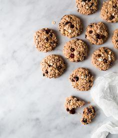 Biscuits santé aux noix, canneberges et lait au chocolat   Recettes d'ici Cereal, Sugar, Snacks, Cookies, Baking, Breakfast, Desserts, Muffins, Food