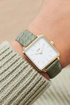 De CLUSE La Tétragone is een uniek vierkant horloge met 28,5 mm kast.   #cluse #clusewatch #clusehorloge #dameshorloge #horlogedames #juwelierbosmans #aalst #fashion #uurwerk #horloge #vierkant #vierkanthorloge #afgerond #dames #accessoires #juwelen #elegant #minimalistisch #stijlvol #eenvoud #minimalisme #eigentijds #stoer #statement #vrouwelijk #blikvanger #look #uitstraling #horlogeband #afneembaar #verwisselbaar #kwaliteit Square Watch, Watches, Green, Leather, Accessories, Fashion, Fashion Styles, Moda, Wristwatches