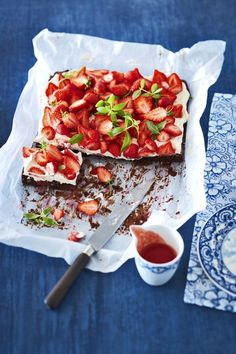 Erdbeer-Brownie-Kuchen Super easy and delicious: Strawberries are already baked in the succulent brown soil, on top of this you can see mascarpone cream and more berries plus … Strawberry Brownies, Strawberry Recipes, I Love Food, Good Food, Yummy Food, Sweet Bakery, Sweets Cake, High Tea, Yummy Cakes