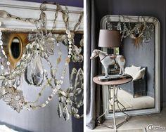 Devant un miroir au mercure décoré de pampilles en cristal, un vieux guéridon en fer de jardin et un cheval en bois du XIXème siècle