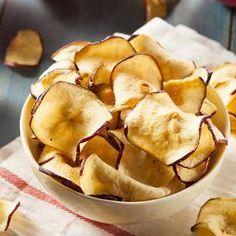 Chips de manzana: quitar el corazón de la manzana, cortarla a finas rodajas, espolvorear con canela y hornear a 160°C durante 45 minutos. ¡Bueno! #receta #cocina