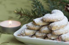 Vynikající křehké vánoční cukroví. Každý má ten svůj ověřený recept na vanilkové rohlíčky, který peče každé Vánoce a málokdo zvykne vsadit na nový recept, který nemá vyzkoušený. Já jsem také věrná naší domácí klasice, kterou mě naučila moje mamka. Vanilkové rohlíčky nesmí být bez mletých vlašských oříšků a přidávám i žloutky. V některých receptech žloutky vynechávají, ale mně se zdají mnohem křehčí a chutnější pokud žloutku přidáte. Určitě vyzkoušejte můj ověřený recept na toto vánoční cukroví, Sweet And Salty, Sausage, Cookies, Meat, Baking, Cake, Food, Top Recipes, Deli Food