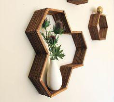Os nichos de parede são uma opção para quem quer organizar e ao mesmo tempo decorar as paredes de casa. Ao meu entendimento, os nichos funcionam como pequenos divisores na parede que destacam o objeto dentro dele por possuírem todos os lados fechados,...