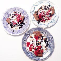 Recept till en portion: 1 ägg  1 dl havregryn  1 banan  3 msk mjölk  1/2 tsk vaniljsocker (kan uteslutas)  1 msk kakao 1 tsk bakpulver En gnutta kardemumma och lite kokos.  Mixa allt med en mixer och kör i en smord mugg eller form i micron 5 min. . Jag dubblade receptet för oss tre och det finns fortfarande en bit kvar. Så det blir rätt mycket. Körde 10 minuter på dubbla ✌️ Toppad med hackad mandel, hallon, blåbär, kokos och lite vaniljyoughurt