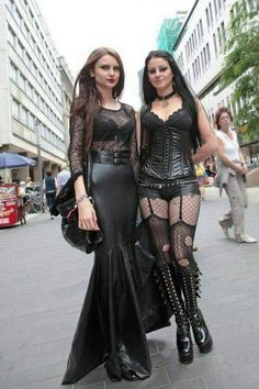 Top Gothic Fashion Tips To Keep You In Style. As trends change, and you age, be willing to alter your style so that you can always look your best. Consistently using good gothic fashion sense can help Mode Alternative, Alternative Fashion, Dark Fashion, Gothic Fashion, Leather Fashion, Fashion Outfits, Womens Fashion, Fashion Tips, Fashion Clothes