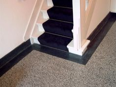Granito vloer, witte trap met zwarte loper