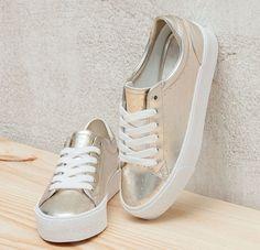 """Metaliczne buty to hit tego sezonu, nie może zabraknąć ich w twojej garderobie.  To właśnie obuwie mieniące się w odcieniach złota i srebra będą """"rządzić"""" przez kolejne miesiące. Obojętnie czy są na płaskiej podeszwie, platformie, czy obcasie, zawsze przyciągają wzrok."""