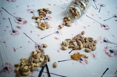 KNUSPERKABINETT: Mit Ahornsirup gebrannte Nüsse in drei Variationen (Zimt, Vanille, Salz)