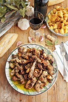 Conejo al ajillo, una receta tradicional muy fácil de hacer explicada con fotografías paso a paso. Con muy pocos ingredientes, conejo, ajos, vino blanco, hierbas y aceite de oliva virgen extra un plato de delicioso para mojar mucho pan.