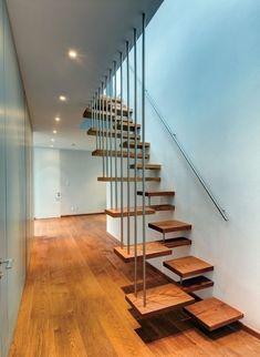 escalier suspendu à marches décalées en bois en pas japonais