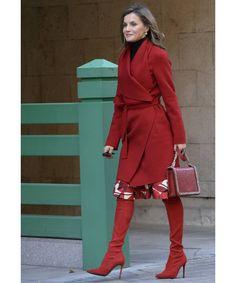"""Практически """"красная королева"""" Летисия в монолуке цвета гренадин. А вы могли бы одеться в красное с ног до головы? #redcolor #queenletizia #redcoat #bestdressed #marieclairerussia"""