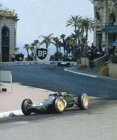 1963 Monaco GP, Monte Carlo : Jim Clark in Lotus 25 driving through Casino Square. (ph: feedly.com)