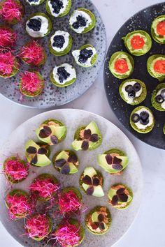 Spinatblinis med forskellige grønne toppings. Blinis er oplagt, at servere som forret eller som tapas sammen med andre små lette retter. Jeg har lavet disse blinis som små spinatpandekager og toppe…
