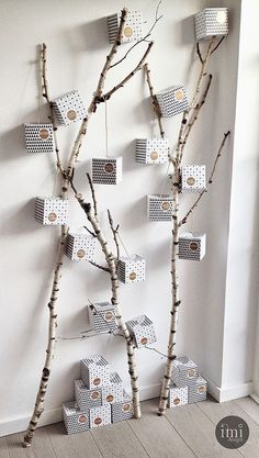 33 Clever And Adorable DIY Advent Calendars Out of all possible Christmas decorations, Advent calendars definitely packs the most cuteness potential. Especially if you are a lover of tiny things. Christmas Tree Design, Christmas Door Decorations, Modern Christmas, Christmas Time, Advent Calenders, Diy Advent Calendar, Calendrier Diy, Decoration Birthday, Decoration Entree