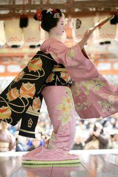 """だらりの帯(舞子) - darari no obi (Maiko) - lett. """"far ciondolare l'obi"""" Geisha Japan, Geisha Art, Japanese Geisha, Japanese Fashion, Kyoto Japan, Japan Japan, Traditional Japanese Art, Traditional Dresses, Yukata"""