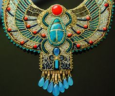 Cette liste est pour une commande à façon ; Cela signifie que je vais créer ce collier pour vous après que vous le commander. La livraison possible plus tôt pour ce collier est actuellement de 5 semaines à compter de votre commande. Sil vous plaît message moi pour dautres questions, et je serai heureux dy répondre. ***********  Ce magnifique collier sur le thème égyptien a été inspiré par le célèbre pectoral de scarabée Toutankhamon. La palette de couleurs est très contemporaine: poinçons…