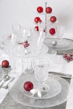 Un poco más de elegancia para tus celebraciones navideñas. Usa cristalería y decoración roja.